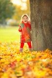 Lycklig liten flicka i parkera royaltyfria foton