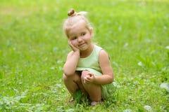 Lycklig liten flicka i parkera Arkivbilder