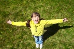 Lycklig liten flicka i parkera Royaltyfri Bild