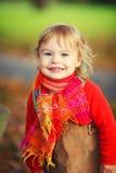 Lycklig liten flicka i parkera Arkivfoto