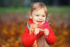 Lycklig liten flicka i parkera Royaltyfria Bilder