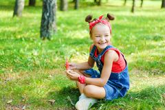 Lycklig liten flicka i röd T-tröja royaltyfria bilder