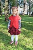 Lycklig liten flicka i röda leenden Royaltyfria Bilder