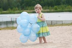 Lycklig liten flicka i sommarklänning arkivbild
