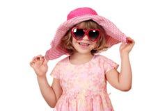 Lycklig liten flicka med den stora hatten Royaltyfria Bilder