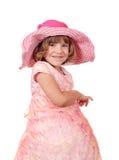 Liten flicka med den stora hattståenden Fotografering för Bildbyråer