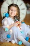 Lycklig liten flicka med en gåva i händer Arkivbild