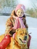 Lycklig liten flicka med en hund Arkivbilder