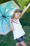 Lycklig liten flicka med ett paraply Arkivbild