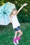Lycklig liten flicka med ett paraply Royaltyfri Bild
