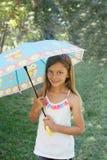 Lycklig liten flicka med ett paraply Royaltyfri Foto