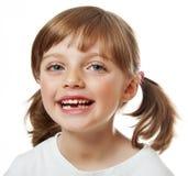 Lycklig liten flicka med felande tänder Arkivbild
