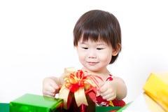 Lycklig liten flicka med gåvaasken Arkivfoton