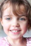 Lycklig liten flicka med härliga ögon Arkivfoto