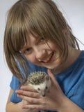 Lycklig liten flicka med hennes älsklings- afrikanska pygméigelkott royaltyfri bild