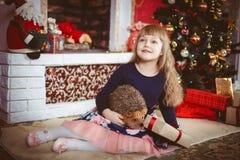 Lycklig liten flicka med julgåvaasken Fotografering för Bildbyråer
