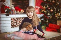 Lycklig liten flicka med julgåvaasken Royaltyfri Foto