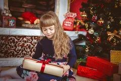Lycklig liten flicka med julgåvaasken Arkivfoton