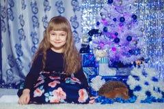Lycklig liten flicka med julgåvaasken Arkivfoto