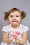 Lycklig liten flicka med klubban royaltyfri foto