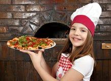 Lycklig liten flicka med pizza Arkivbild