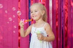 Lycklig liten flicka med såpbubblor Royaltyfri Foto