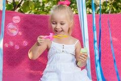 Lycklig liten flicka med såpbubblor Royaltyfri Fotografi