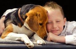 Lycklig liten flicka- och beaglevalp Arkivfoton