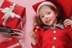 Lycklig liten flicka och röd gåvaask Arkivbild