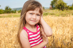 Lycklig liten flicka på fältet Royaltyfria Bilder