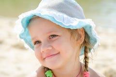 Lycklig liten flicka på stranden i Panama royaltyfri foto