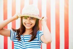 Lycklig liten flicka som är klar för semester royaltyfria bilder