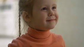 Lycklig liten flicka som äter potatischipen arkivbilder