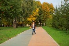 Lycklig liten flicka som går i parkera Royaltyfria Foton