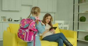 Lycklig liten flicka som hem ankommer från skola lager videofilmer