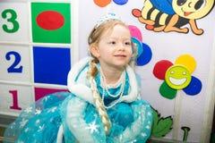 Lycklig liten flicka som kläs som prinsessa i nytt års ferie Arkivbilder