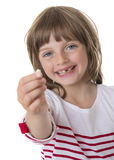 Lycklig liten flicka som pekar hennes saknade tänder Arkivbild