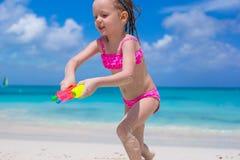 Lycklig liten flicka som spelar med leksaker på stranden Royaltyfri Foto