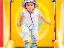 Lycklig liten flicka som spelar på lekplatsen Barn som är lyckliga, fa arkivbild