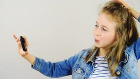 Lycklig liten flicka som tar selfie lager videofilmer
