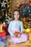 Lycklig liten flicka som väntar på en ferie arkivfoto