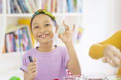 Lycklig liten flicka som visar hennes påskägg arkivbilder