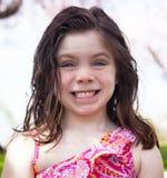 Lycklig liten flicka utanför Royaltyfria Foton