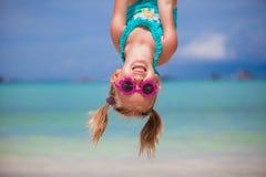 Lycklig liten flicka utomhus under sommarsemester Arkivbilder
