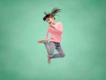 Lycklig liten flickabanhoppning i luft över skolförvaltning Royaltyfri Fotografi