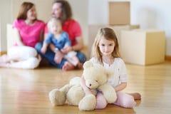 Lycklig liten flickainflyttning hennes nya hem Fotografering för Bildbyråer