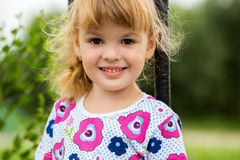 Lycklig liten flickaklättring fotografering för bildbyråer