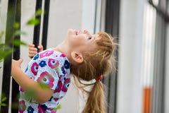 Lycklig liten flickaklättring arkivbild