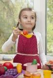 Lycklig liten flickalekmatlagning Royaltyfri Foto