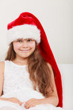 Lycklig liten flickaunge i den santa hatten Jul Royaltyfri Bild
